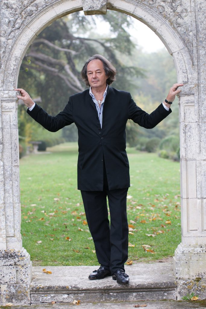 l ecrivain, romancier, historien, journaliste Gonzague Saint-Bris dans le parc du château de la bourdaisière en Touraine.